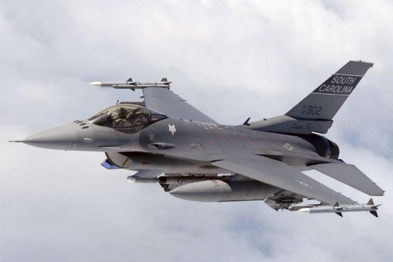 為了加強國家戰力,行政院編列2472億3883萬元特別預算,向美國採購66架F-16V(Block70)戰機。立法院院會今(22)日三讀通過「中央政府新式戰機採購特別預算」。(取自pbs.twimg_.com)