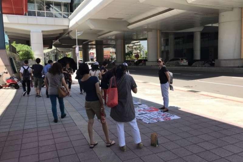 台北市中山女中和內湖高工兩校16日爆有狼師,受害家長前往學校抗議,痛批學校不肯說明是在包庇狼師,北市教育局16日下午發聲明表達強烈譴責,要求學校依法嚴懲。(人本基金會提供)