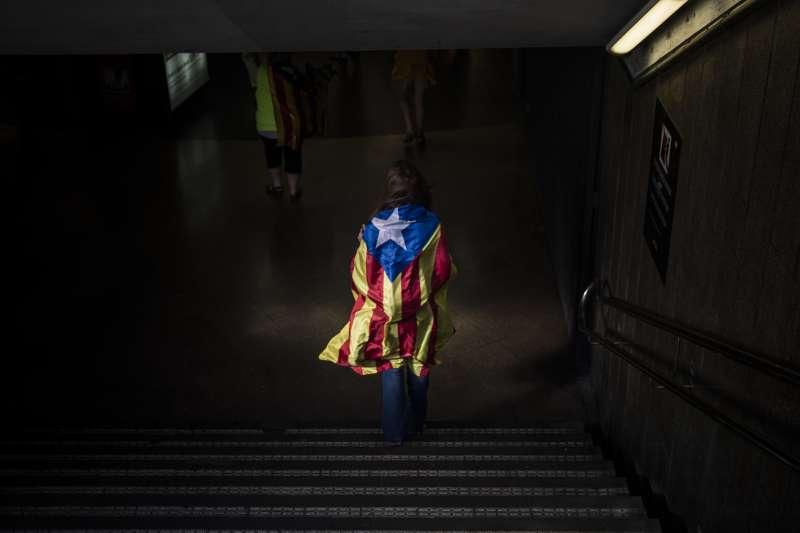 巴塞隆納足球俱樂部公開挺加泰隆尼亞獨立,死忠球迷失望出走。(美聯社)