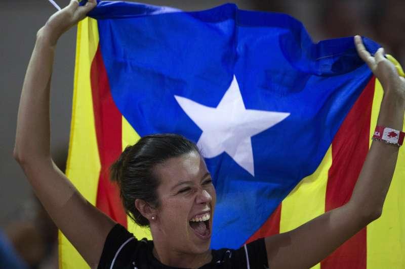加泰隆尼亞民眾揮舞象徵獨立的孤星旗。(美聯社)