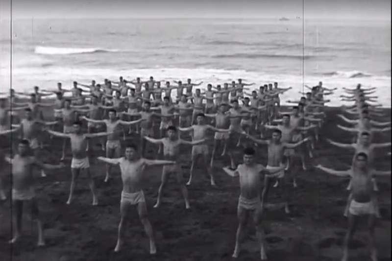 軍聞社16日公布50年代陸戰隊兩棲偵察隊訓練的數位典藏畫面,海軍陸戰隊勤訓精練,勇猛驃悍的精實戰力形象,深植國人心中。(取自國防部發言人臉書)