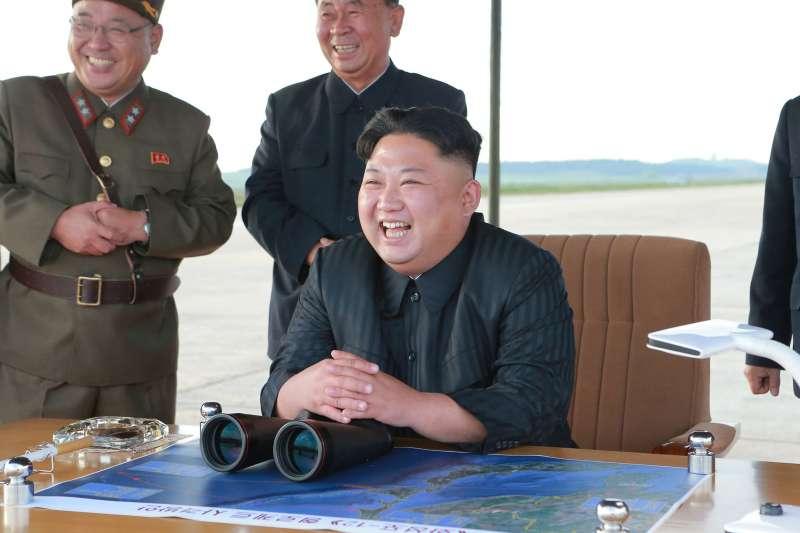 北韓最高領導人金正恩現場指導「火星-12型」中程戰略彈道飛彈發射訓練(AP)