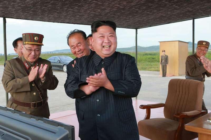 北韓最高領導人金正恩15日淩晨現場指導「火星-12型」中程戰略彈道飛彈發射訓練(AP)