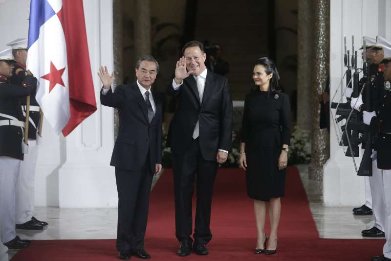 中國外交部長王毅(左)與巴拿馬總統瓦雷拉(中)和巴拿馬外長聖馬洛(AP)