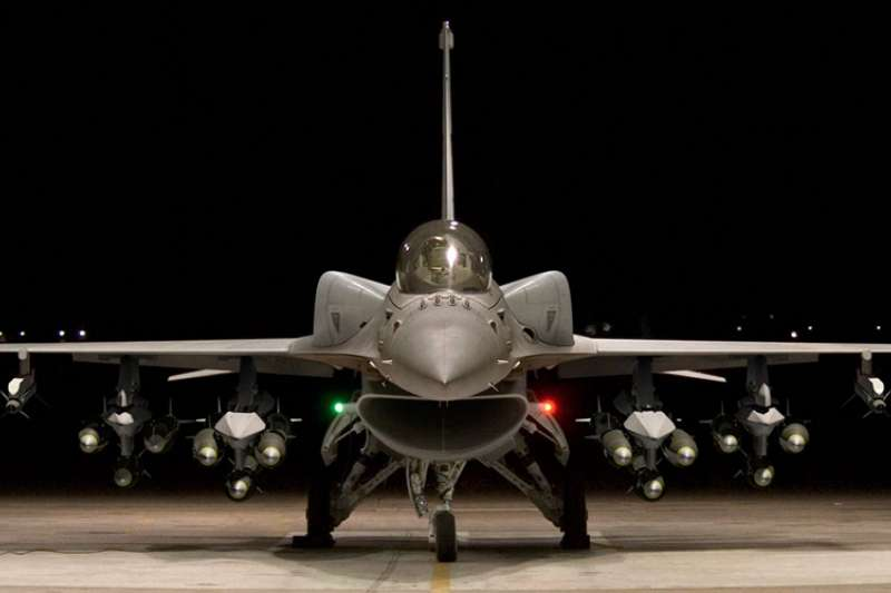 為因應共機頻率漸高的繞台演訓,官員指出,要維護台灣空防,仍須擁有足夠數量的戰機,不能只靠地面的防空飛彈。圖為F-16V戰機示意圖。(資料照,取自Lockheed Martin)
