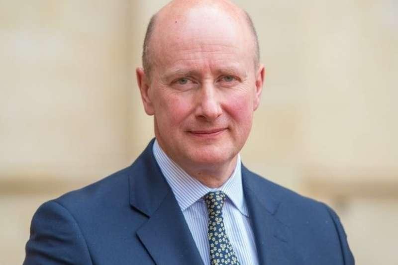 2007年開始擔任英女王伊莉莎白二世私人秘書的克里斯托弗爵士曾在英國軍情系統和外交部門工作,也是女王最信任的助手。(BBC中文網)