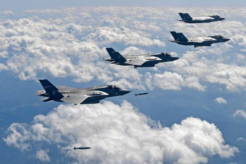 美國如同泥菩薩,中共真要對台動手,能指望美軍援台嗎?圖為 美軍F-35在演習中投彈。(美軍太平洋司令部臉書)