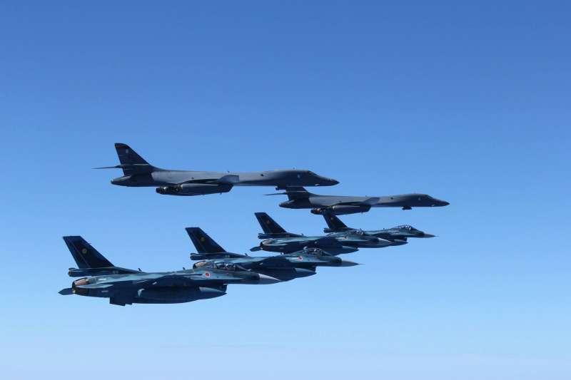 B-1B槍騎兵戰略轟炸機與自衛隊的F-2。(美軍太平洋司令部臉書)