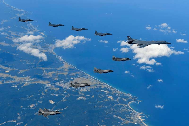 B-1B槍騎兵戰略轟炸機與美軍F-35、南韓的F-15K。(美軍太平洋司令部臉書)