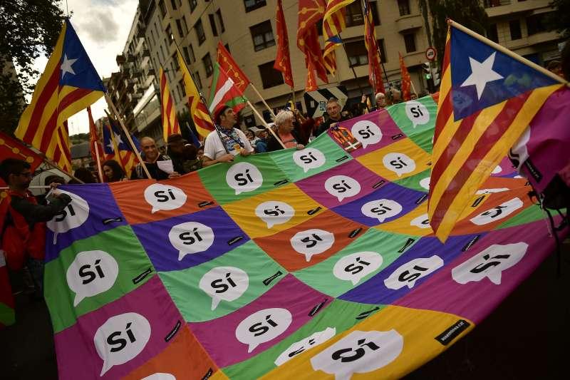 西班牙加泰隆尼亞自治區2017年10月1日舉行獨立公投之前,支持者紛紛走上街頭發聲(AP)