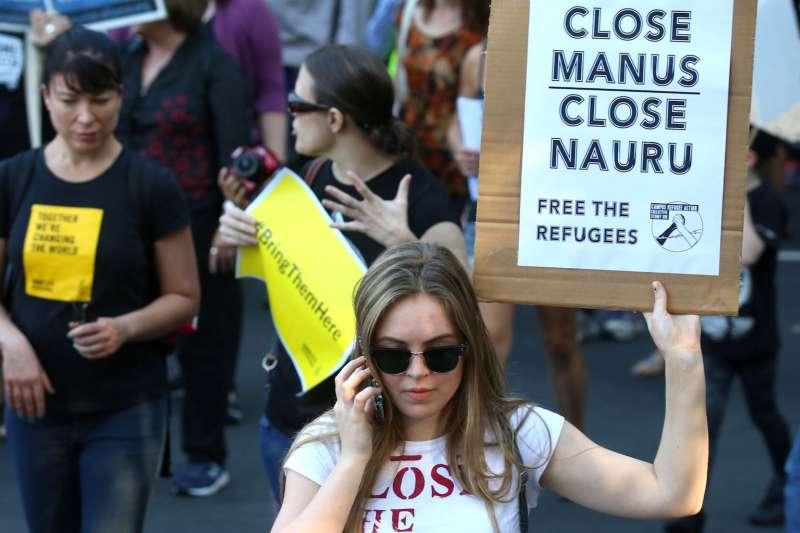 今年4月,澳洲民眾抗議澳洲政府在巴布亞紐幾內亞與諾魯共和國設立境外難民營(AP)