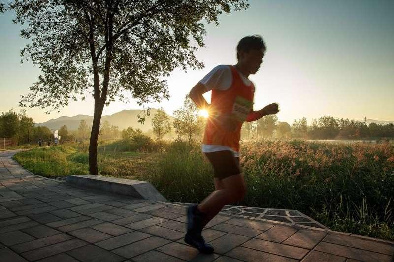 常見到一群跑友並肩而跑,或是為了保持距離以策安全,索性跟在前面的跑者後方保持1公尺以上,感覺比較心安,真的是這樣嗎?(圖/Stocksnap@pixabay)