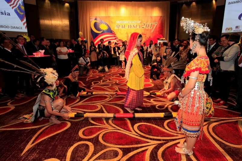 大馬特有竹竿舞。(圖/馬來西亞觀光局提供)