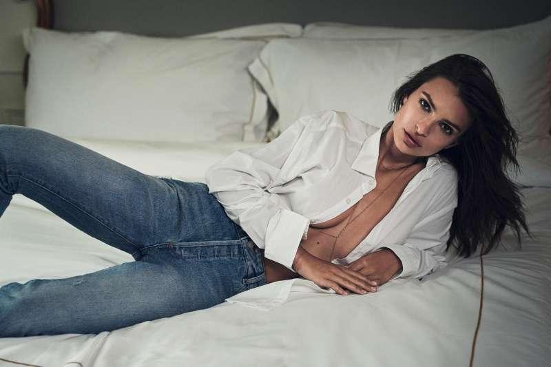 美國模特兒及女演員艾蜜莉瑞特考斯基,日前為雜誌拍攝的封面照遭修圖,對此她深表失望。(圖/取自Emily Ratajkowski臉書粉專)