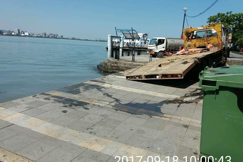 淡水金色水岸護岸掏空改善工程18日發生意外,一輛載著怪手的拖板車停放河邊,突然地面塌陷。(圖/新北市府水利局提供)