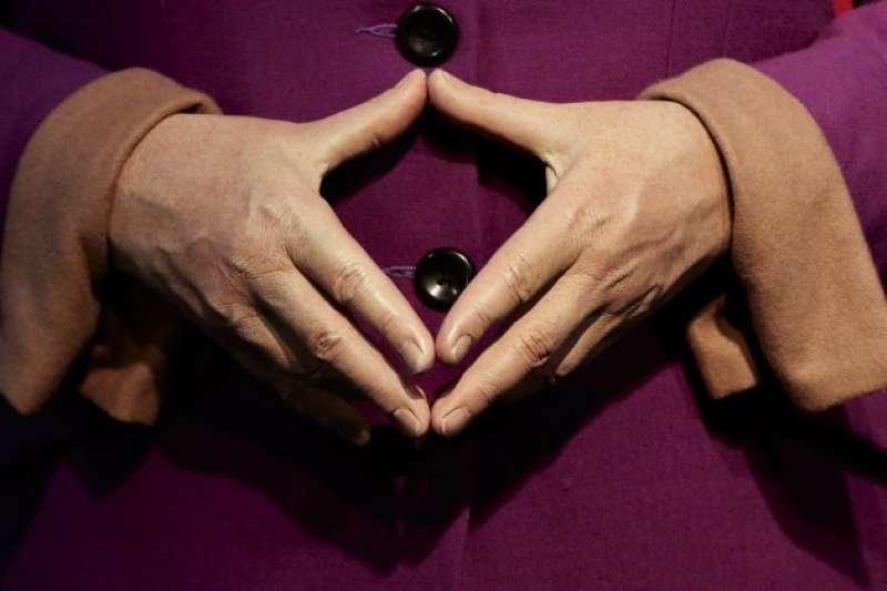 柏林杜莎夫人蠟像館的梅克爾雕像,以及她著名的手勢「梅克爾菱形」。(美聯社)