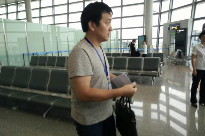 2017-09-19-中國國台辦人員,即為微博照片未入鏡者。他全程監控李凈瑜與隨行人員,所有人的證件都被收在他的黑色手提包中,直到機場才還給隨行人員。通關後其他隨行人員無需交回證件,但他要求李淨瑜需交回臺胞證,不交回不准飛機起飛。(李明哲救援大隊提供)