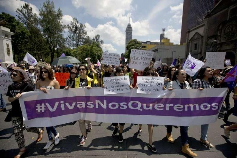 墨西哥抗議民眾拉著寫了「我們想要活著」的橫幅標語。 (美聯社)