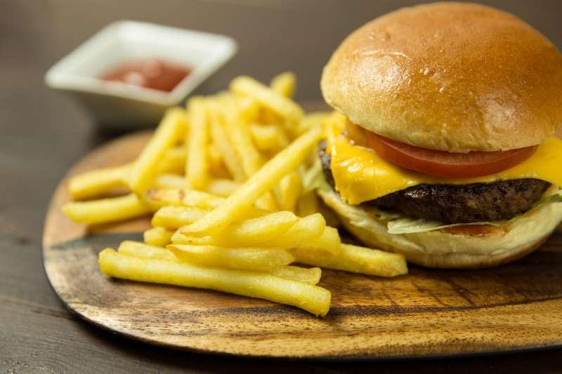 許多孩子在吃早餐時,缺乏攝取水果、乳製品與全穀物,甚至會選擇油膩的漢堡、薯條作為早餐,被認為是造成兒童陪胖的原因之一。(圖/FoodieFactor@pixabay)