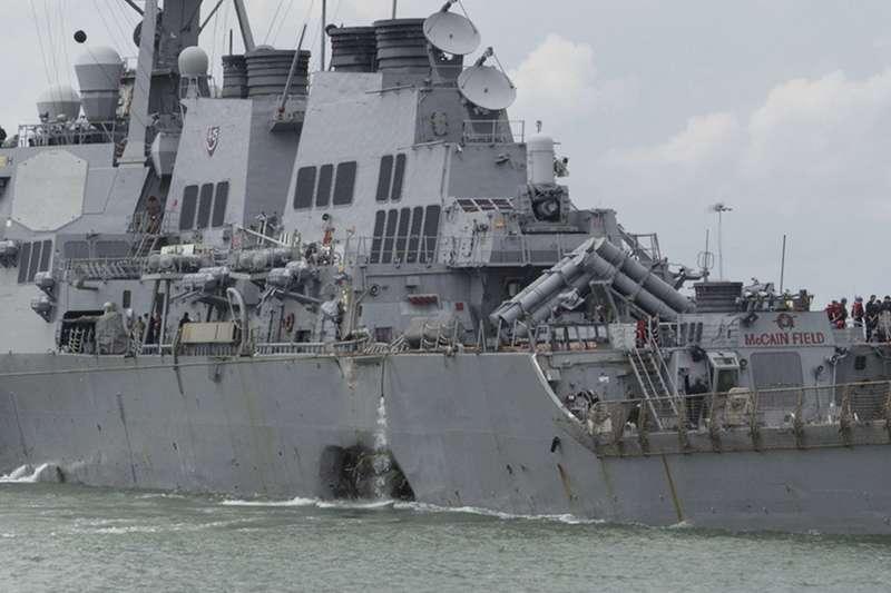 美國海軍第七艦隊的「馬侃號」飛彈驅逐艦21日和商船在靠近新加坡外海碰撞,造成 10名官兵失蹤。(美聯社)