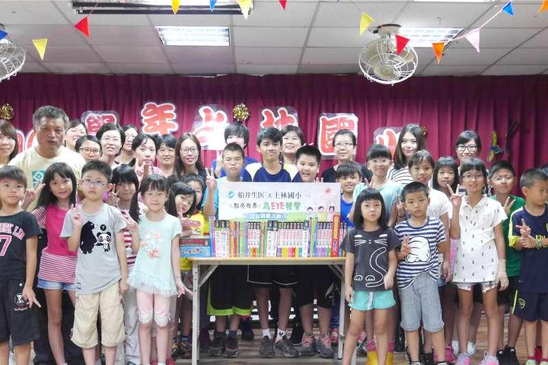 關懷兒童教育,船井生醫捐贈書籍至偏鄉小學。(圖/船井生醫提供)