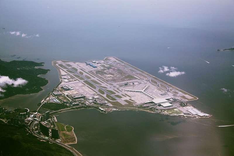 香港赤鱲角國際機場鳥瞰圖。( Wylkie Chan @ Wikipedia/ CC BY-SA 3.0)