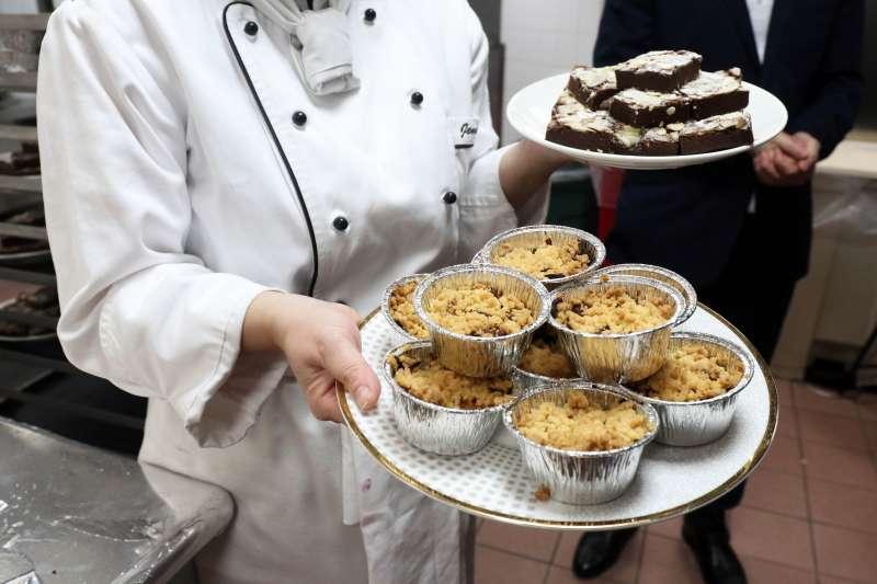 20170920-臺灣的猶太社群在今日晚間慶祝「猶太新年」,享用許多符合猶太教義規定的特色美食。圖中的甜點包括蘋果酥、布朗尼。(蘇仲泓攝)