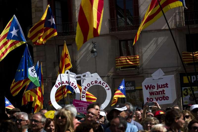 支持加泰隆尼亞舉行獨立公投的民眾16日走上街頭,抗議西班牙憲法法庭的裁決(AP)