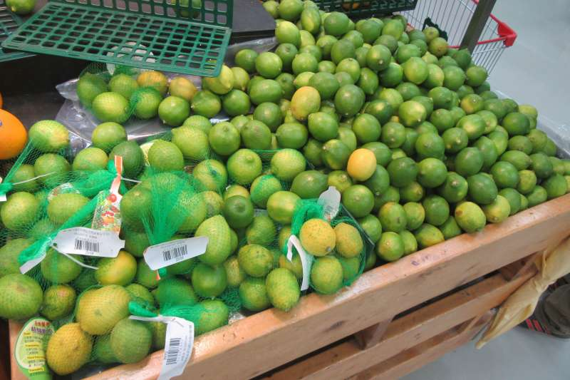 新北市抽驗中秋節應景食材,大潤發1件檸檬農藥超標。(圖/新北市政府衛生局提供)