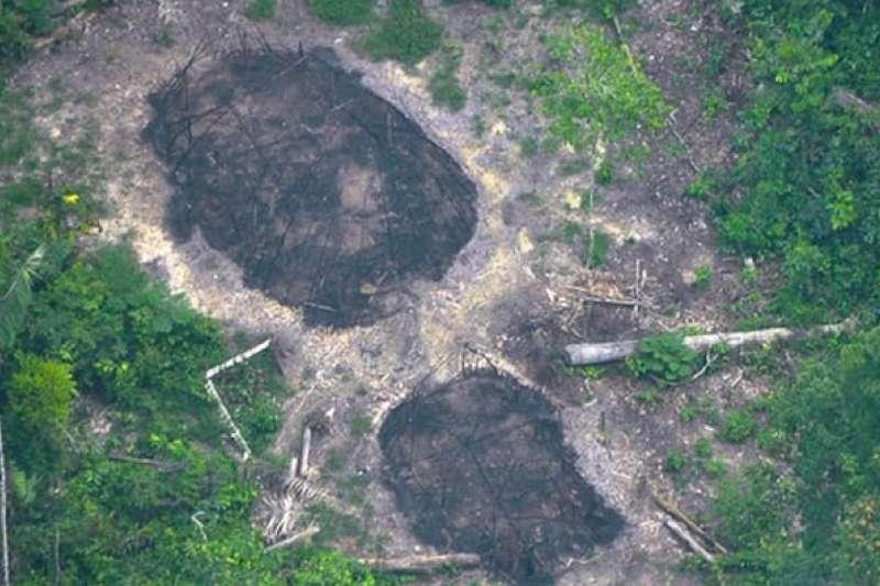 巴西原始部落居民的草屋遺跡,近日疑似爆發非法礦工殺害原住民事件。(圖/FUNAI)