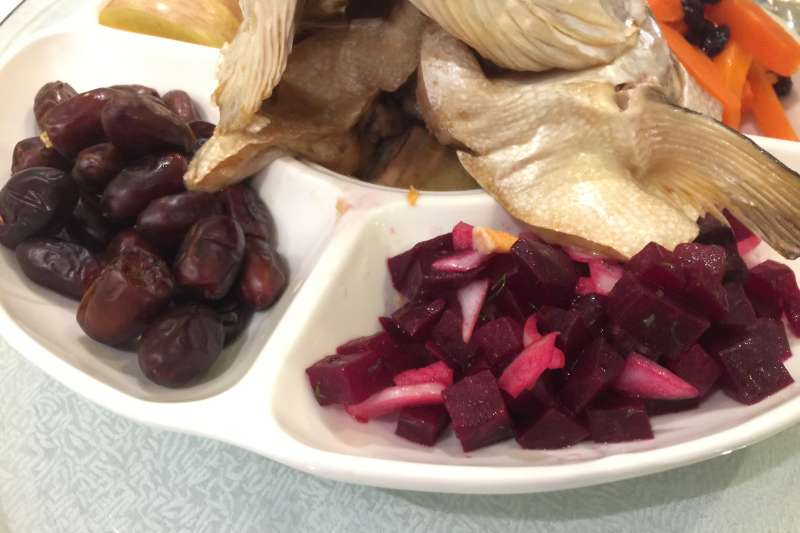 猶太新年的食物選擇有趨吉避凶含意,其中椰棗和甜菜根代表消除仇恨(簡恒宇攝)