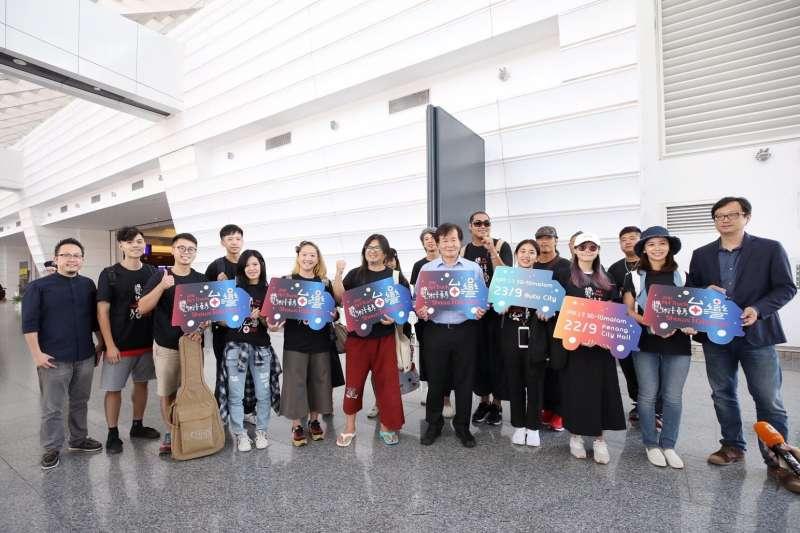 中華文化總會20日出發馬來西亞檳城展開「2017藝術卡車秀台灣」活動,文化總會副會長江春男表示,之所以選擇馬來西亞的檳城,是因為該地本來就是多文化、多種族一起生活,也被聯合國列為文化遺產之一。(中華文化總會提供)