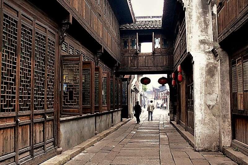 遊中國不想再看那些為觀光客所設的浮濫民俗表演?跟著在地劇場人的建議探索就對了!(圖 /Gisling @wikimedia commons)