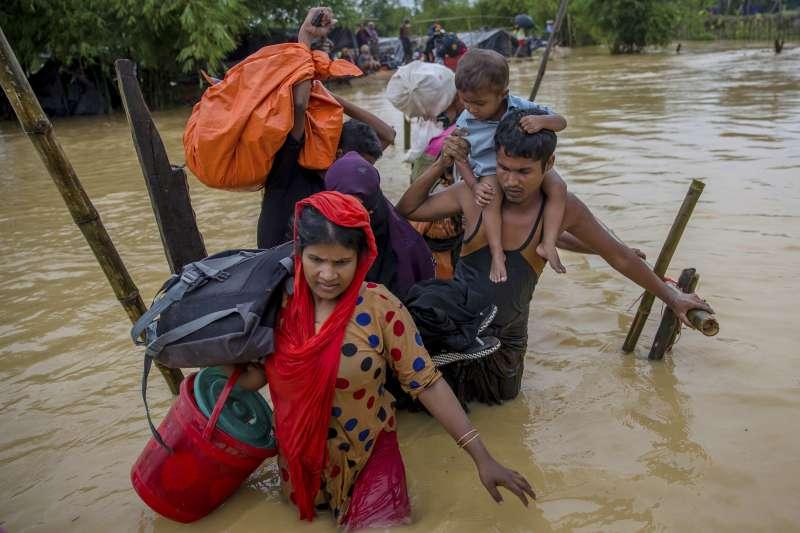 一個羅興亞家庭涉水從緬甸逃到孟加拉(AP)