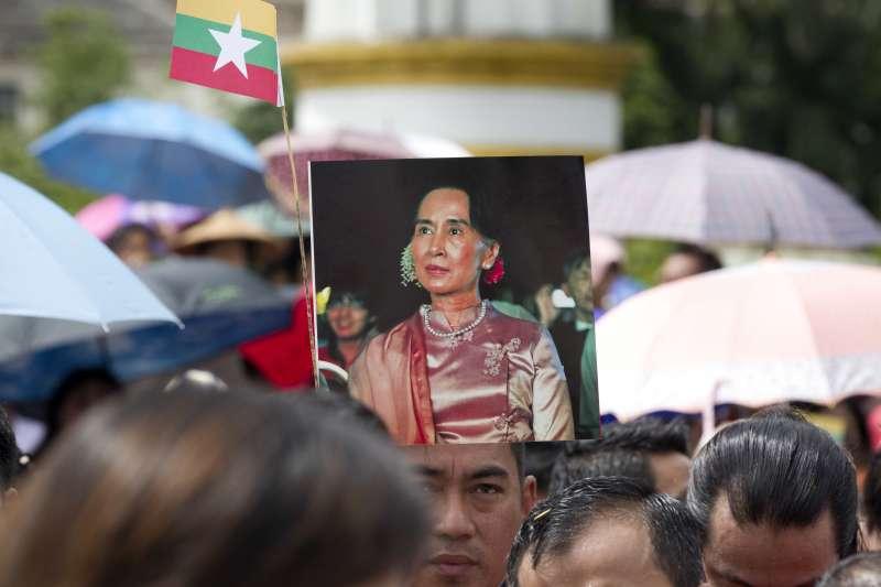 數百名緬甸民眾19日齊聚仰光,表達對翁山蘇姬的支持(AP)