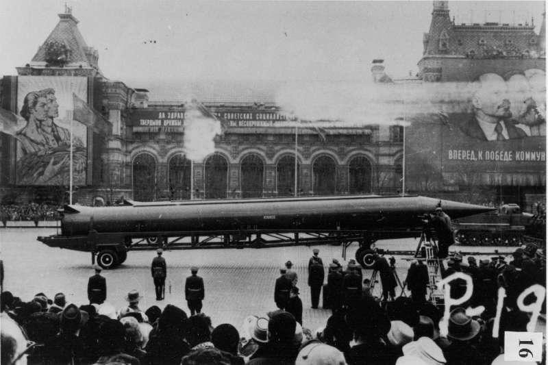 蘇聯制的R-12飛彈在紅場上的展示,該型飛彈後續被部署至古巴。(CIA@wikipedia/public domain)