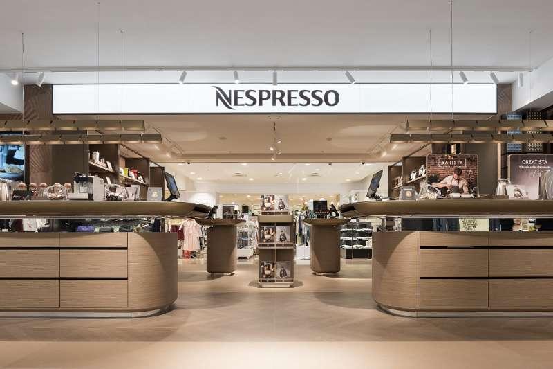 以最舒適的回歸自然原木淺色系,為整體視覺增加溫馨、平衡的氛圍,創造如同在家一般舒適自在的咖啡時光。(圖/Nespresso提供)