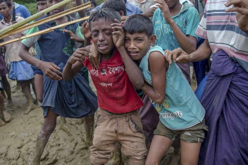 孟加拉的羅興亞難民營裡,一對羅興亞小兄弟想領取賑濟的食物卻遭人推擠,忍不住哭了(AP)