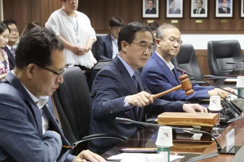 南韓統一部長趙明均(中)宣布將對北韓提供800萬美元人道援助(AP)