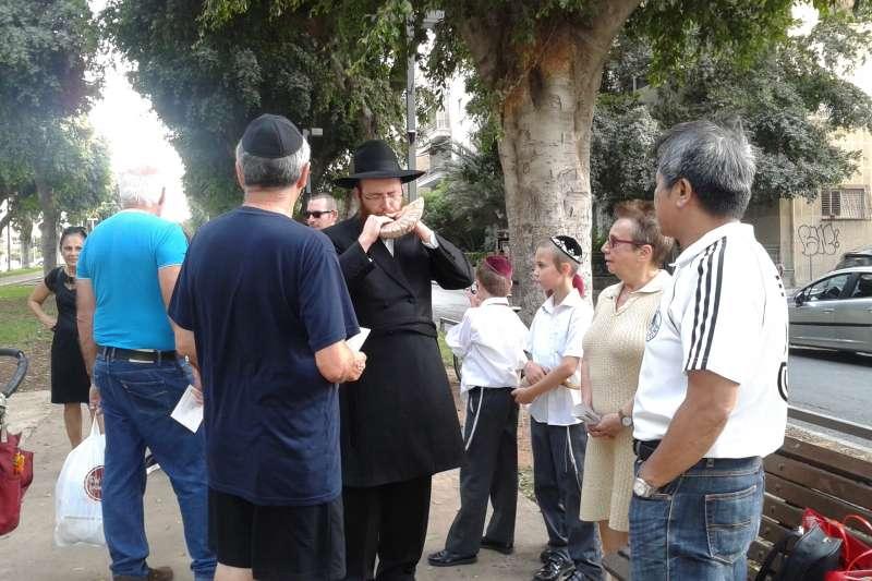吹號角是猶太新年的重要儀式,圖為以色列猶太人吹號角(簡恒宇攝)