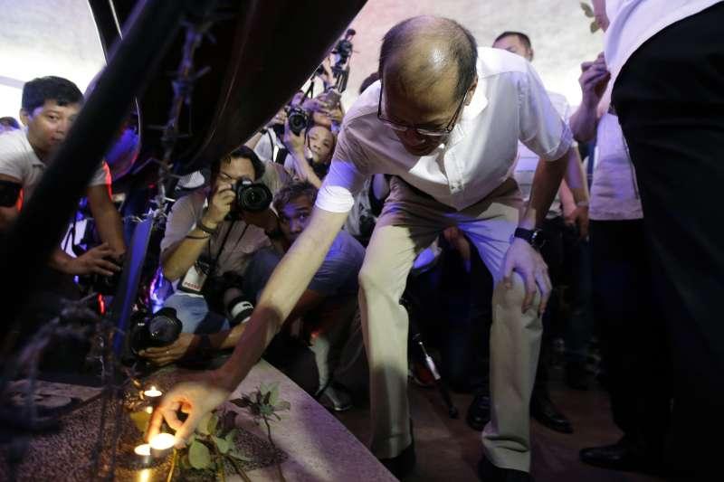 菲國前總統艾奎諾三世(Benigno Aquino III) 悼念在毒品戰爭中喪生者。(美聯社)