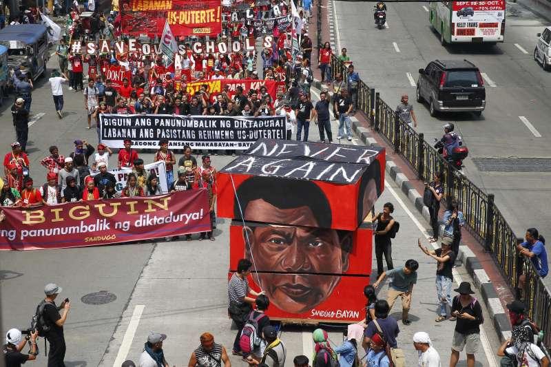 菲律賓人權團體、學術界和宗教界等民間組織21日發起「向暴政說不運動」(Movement Against Tyranny),上千名示威民眾齊聚首都馬尼拉街頭,抗議現任總統杜特蒂的殘暴掃毒品行動。(美聯社)