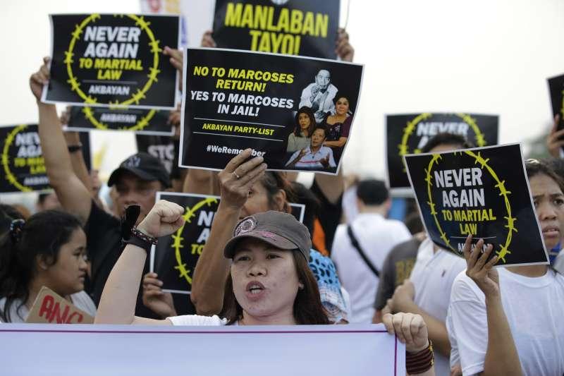 菲律賓人權團體、學術界和宗教界等民間組織21日發起「向暴政說不運動」(Movement Against Tyranny),抗議現任總統杜特蒂的殘暴掃毒品行動。(美聯社)