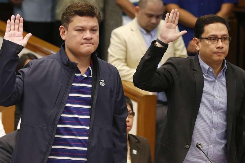 杜特蒂的長子、保羅杜特蒂,還有女婿卡皮歐(右)今年9月在參院聽證會上作證。(美聯社)