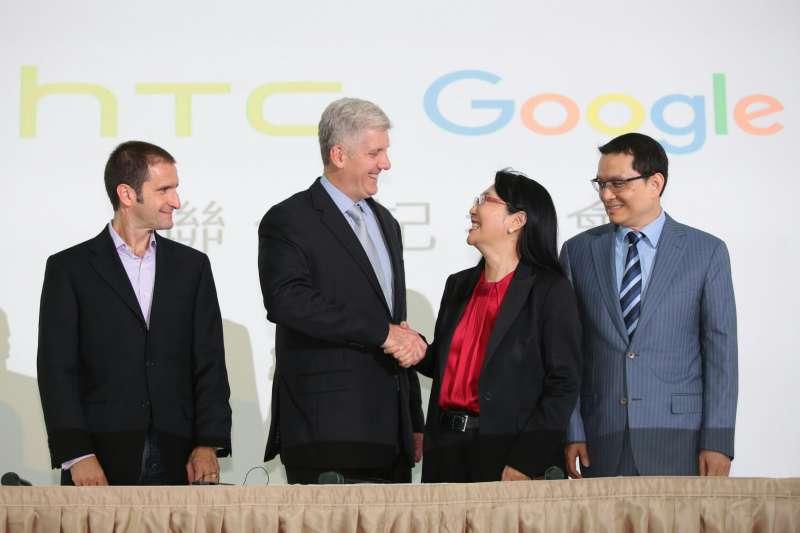 20170921-圖為Google硬體資深副總裁Rick Osterloh(左二)與宏達電董事長暨執行長王雪紅(左三)。(顏麟宇攝)
