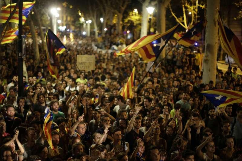數千名憤怒的加泰隆尼亞人21日聚集在首府巴塞隆納的加泰隆尼亞高等法院前面,大聲要求馬德里當局釋放被逮捕的當地官員,入夜後人潮依舊洶湧(AP)