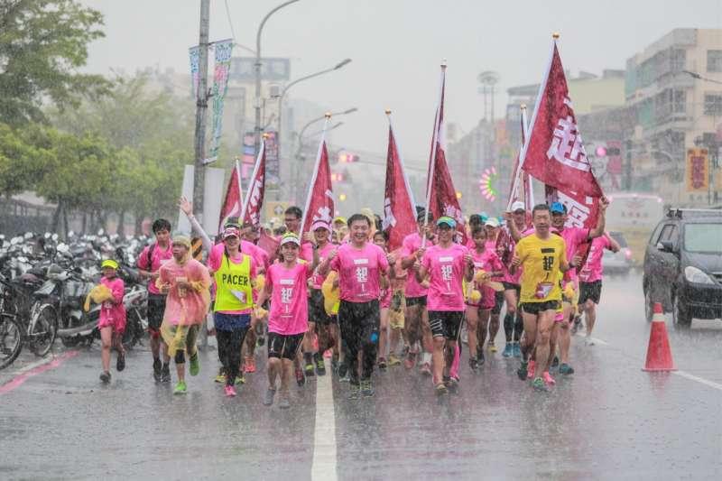 20170922-民進黨立委趙天麟(中)熱愛跑步,今年8月舉辦了第20場馬拉松,雖下了場大雨,但也與民眾一起跑完。(趙天麟辦公室提供)