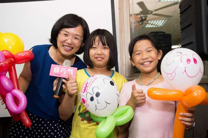 民進黨立委蘇巧慧今年暑假就舉辦了10多場親子活動,與小朋友一同參加氣球、積木等活動。(蘇巧慧辦公室提供)