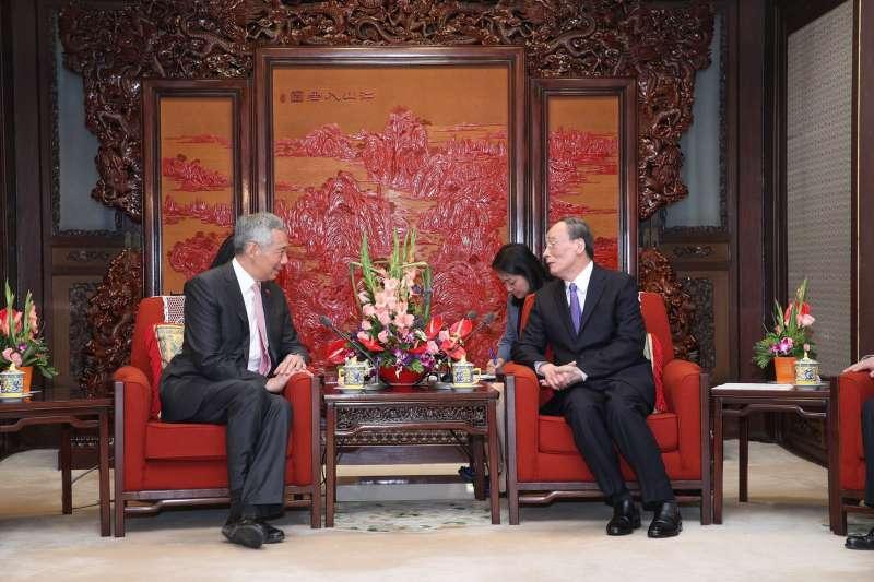 2017年9月,中共十九大前夕,新加坡總理李顯龍訪問北京,會晤中共政治局常委王岐山(李顯龍臉書)