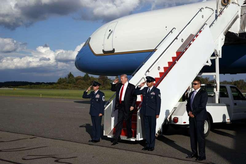 美國總統川普從空軍一號走下來。(美聯社)